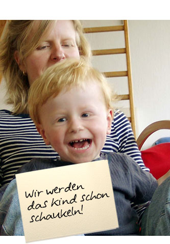 """Eine Mutter und Kind schaukeln, das Kind lacht vergnügt. Auf einem Zettel unten im Bild steht: """"Wir werden das Kind schon schaukeln!"""""""