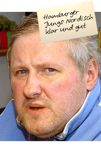 """Ein Mann mit klugen blauen Augen blick ernst in die Kamera. Auf einem Zettel oben im Bild steht: """"Hamburger Jungs. Nordisch klar und gut"""""""